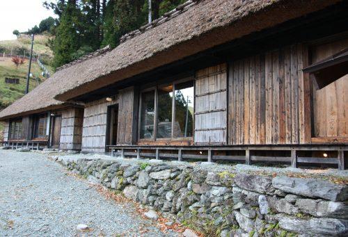 Maisons traditionnelles du hameau d'Ochiai, vallée d'Iya, Tokushima, Shikoku, Japon