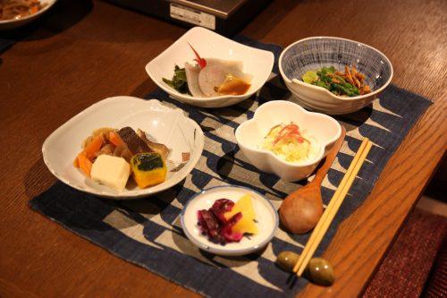 Dîner dans une maison traditionnelle du hameau d'Ochiai, vallée d'Iya, Tokushima, Shikoku, Japon