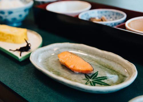 Saumon de Shinshu servi au petit-déjeuner, ryokan Shikisai no Yado Kanoe à Iiyama, préfecture de Nagano, Japon