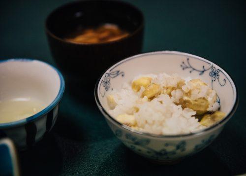 Bol de riz aux marrons servi au ryokan Shikisai no Yado Kanoe à Iiyama, préfecture de Nagano, Japon