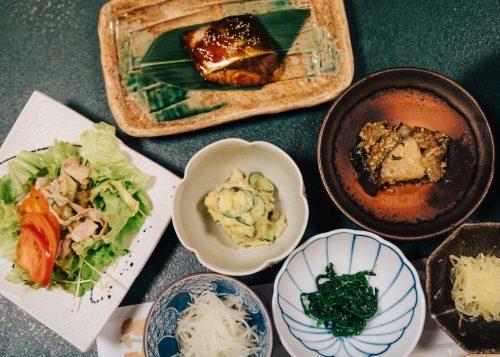 Dîner à base d'ingrédients locaux au ryokan Shikisai no Yado Kanoe à Iiyama, préfecture de Nagano, Japon