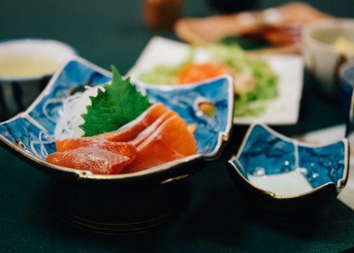 Sashimi servis au ryokan Shikisai no Yado Kanoe à Iiyama, préfecture de Nagano, Japon