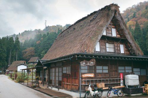 Maisons traditionnelles du village de Gokayama, préfecture de Toyama, Japon