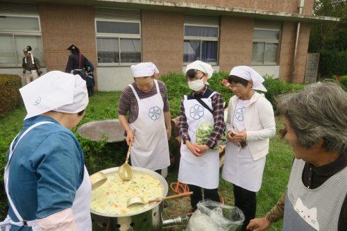 Cuisinières bénévoles à l'événement de Tambo Art à Gyoda, préfecture de Saitama, Japon