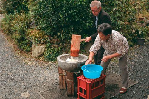 Préparer des mochi avec des locaux de Ogi, dans la préfecture de Shiga, tout près de Kyoto, Japon