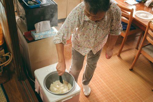 En cuisine chez des locaux de Ogi, dans la préfecture de Shiga, tout près de Kyoto, Japon