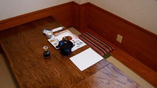 Sol recouvert de tatami et table basse au restaurant Uomatsu, spécialisé dans l'Oyako Steak Gohan à Izumi, Kagoshima, Kyushu, Japon