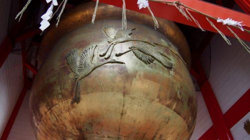 Motifs de grues ornant le principal sanctuaire shinto d'Izumi, préfecture de Kagoshima, Kyushu, Japon