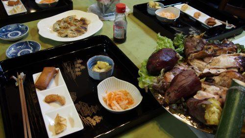 Dîner préparé à partir de produits locaux et légumes du jardin à la ferme de M et Mme Ohira, Izumi, Kagoshima, Kyushu, Japon