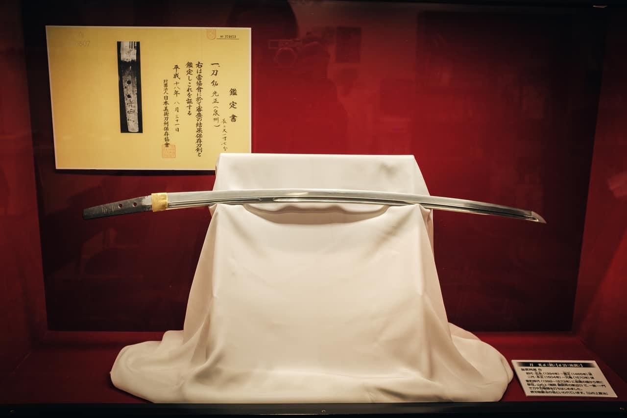 Sabre vieux de plusieurs siècles exposé au Musée de l'artisanat traditionnel de Sakai, Osaka, Japon
