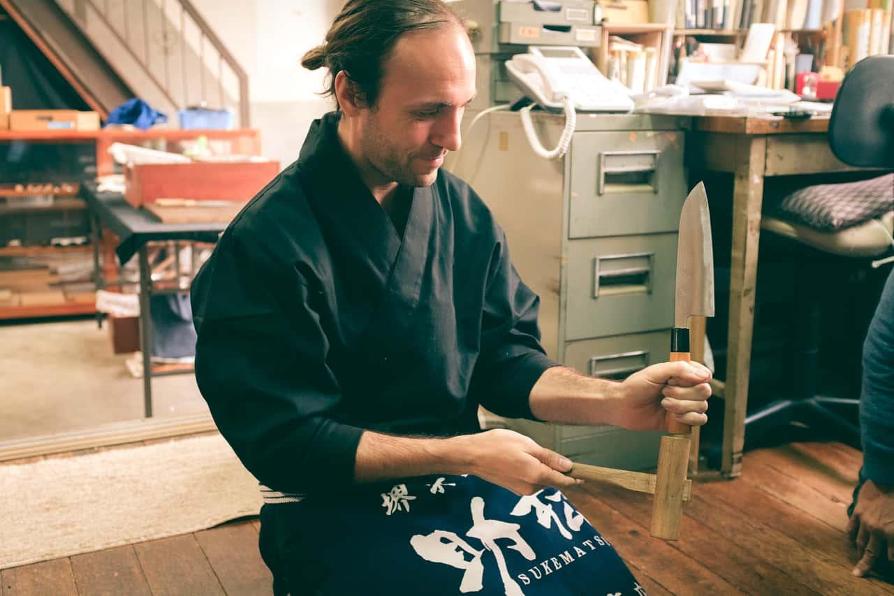 S'essayer à l'assemblage d'un couteau, boutique Wada, Sakai, Osaka, Japon