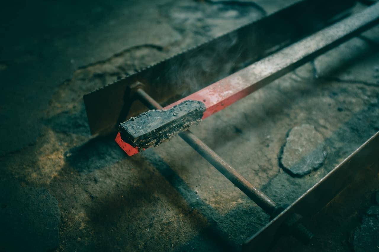 Fabrication d'un couteau dans la forge de Mizuno Tanrenjo, Sakai, Osaka, Japon