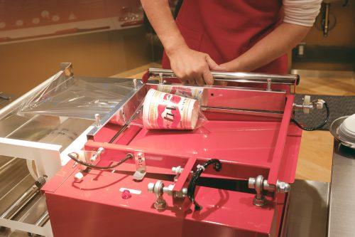 Personnaliser son pot de cup noodles au Musée dédié aux cup noodles et à son inventeur à Osaka, région de Kinki, Japon