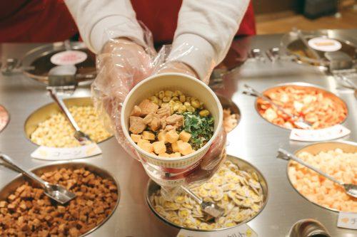 Personnaliser sa recette de cup noodles au Musée dédié aux cup noodles et à son inventeur à Osaka, région de Kinki, Japon
