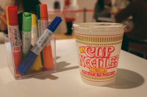 Confectionner son propre pot de cup noodles au Musée dédié aux cup noodles et à son inventeur à Osaka, région de Kinki, Japon