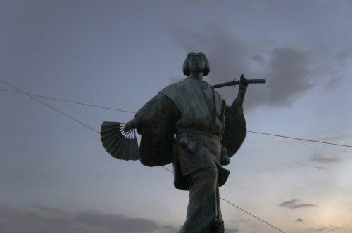 Statue d'Izumo no Okuni près du grand sanctuaire d'Izumo, région du San'in, préfecture de Shimane, Japon