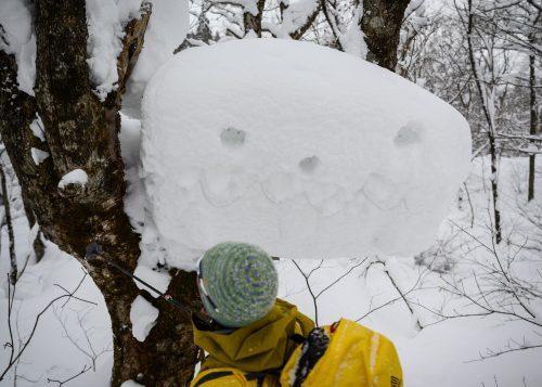 Le guide, Hiro-San, dessinant sur un monstre de neige à Tazawako, Akita, Japon