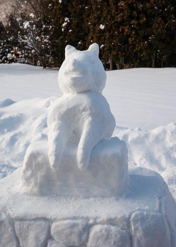 Statue du chien Hachiko recréée dans la neige au bord de la ligne de train locale Akita Nairiku, préfecture d'Akita, Japon