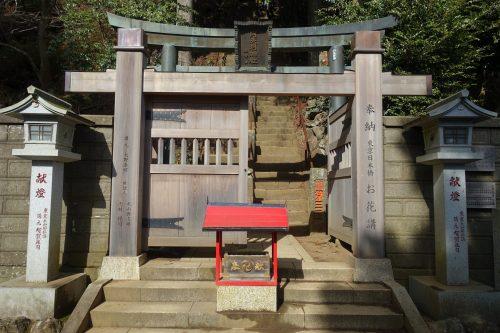 La porte Tohai-mon, indiquant le départ de la randonnée du Mt Oyama, préfecture de Kanagawa, Japon