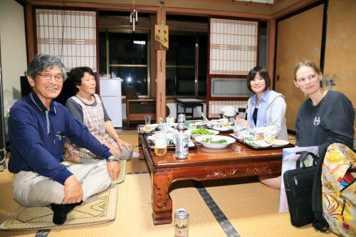 Dîner en compagnie des locaux lors d'un séjour à la ferme à Semboku, Akita, Japon