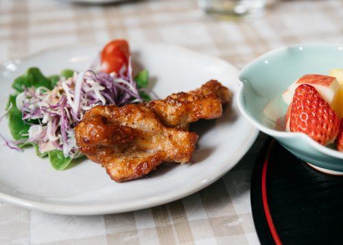 Salade et wings de poulet servis à la ferme Iori, Semboku, Akita, Japon