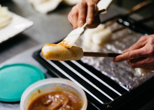 Les kiritanpo badigeonnés de sauce miso sucrée à l'auberge Yodel, Semboku, Akita, Japon