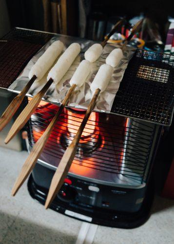 Kiritanpo sur le grill, dans la cuisine de l'auberge Yodel, Semboku, Akita, Japon