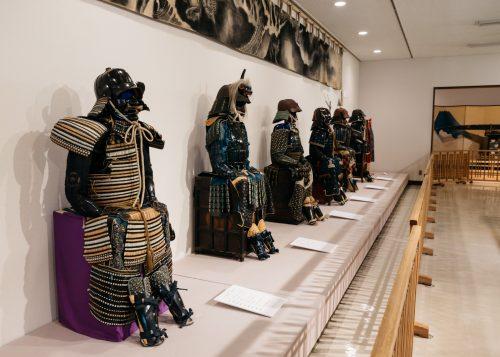 Collection d'armures de samouraï exposée au centre culturel Denshokan à Kakunodate, Senboku, Akita, Japon