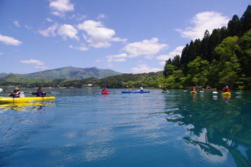 Canoë Kayak en été sur le lac Tazawako, Akita, Japon