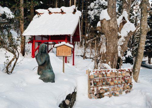 La source sacrée de Katagashira et sa statue de Tatsuko, lac Tazawako, Akita, Japon