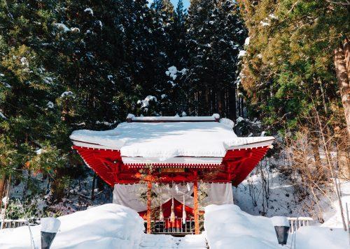 Sanctuaire de Gozanoishi sous la neige à Tazawako, Akita, Japon