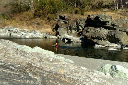 Les roches claires bordant la rivière Arakawa à Nagatoro, près de Chichibu dans la préfecture de Saitama, Japon