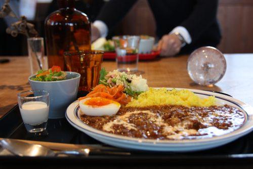 Curry préparé avec des ingrédients locaux dans le restaurant installé dans l'ancien bâtiment de la gare de Chiwata, préfecture de Nagasaki