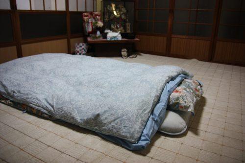 Futon dans la maison d'hôtes des époux Oba, producteurs de thé vert japonais à Higashisonogi, préfecture de Nagasaki