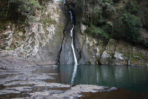 Paysage naturel de Higashisonogi, préfecture de Nagasaki : cascade dans la forêt
