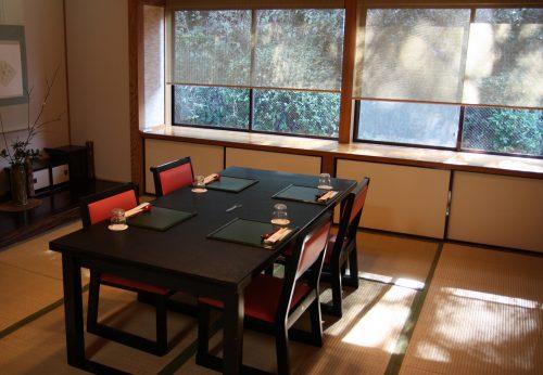 Salle de restaurant privée au ryokan Matsuya à Minamisatsuma, préfecture de Kagoshima, Japon