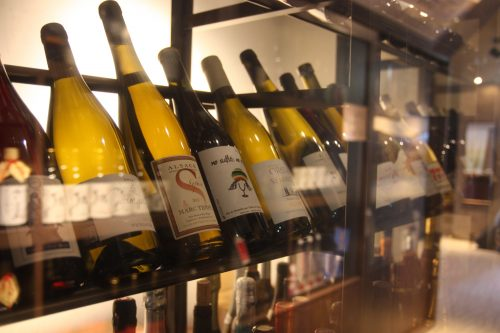 Bouteilles de vin exposées au ryokan Matsuya à Minamisatsuma, préfecture de Kagoshima, Japon