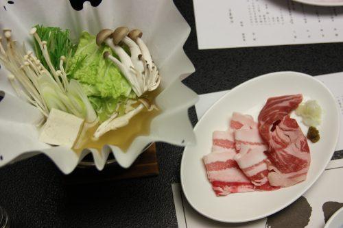 Plat de shabu shabu servi au restaurant du complexe hôtelier Kasasa Ebisu à Minamisatsuma, préfecture de Kagoshima, Japon