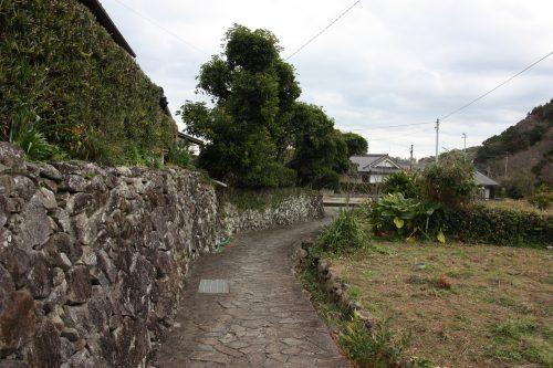 Les ruelles bordées de murs en pierres à Ootou, Minamisatsuma, Kagoshima, Japon