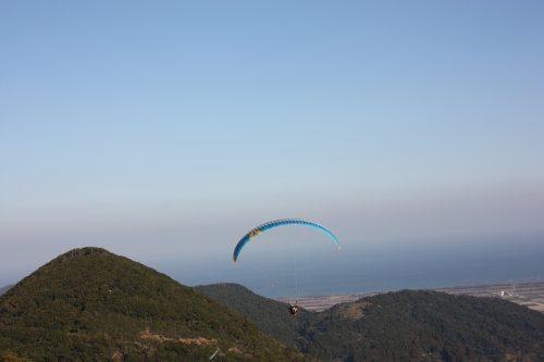 Vol en parapente depuis les hauteurs de Minamisatsuma, Kagoshima, Japon