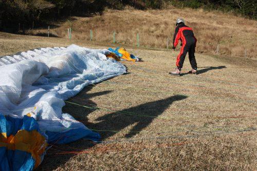 Préparation de la voile de parapente à Minamisatsuma, Kagoshima, Japon
