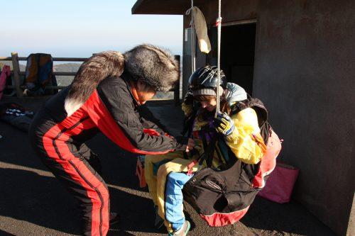 Préparation au vol en parapente à Minamisatsuma, Kagoshima, Japon