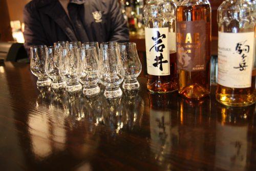 Dégustation de whisky au bar de la distillerie Mars Tsunuki à Minamisatsuma, Kagoshima, Japon