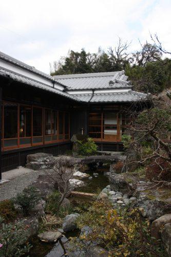 Maison traditionnelle accueillant le bar et la boutique de la distillerie Mars Tsunuki à Minamisatsuma, Kagoshima, Japon