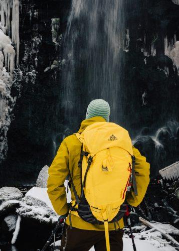 Face à la Cascade de l'Amitié à Tazawako, Akita, Japon