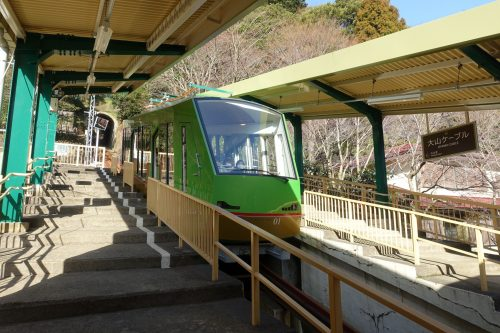 Funiculaire d'ODAKYU ELECTRIC RAILWAY en partance pour les montagnes de la région de Tanzawa-Oyama