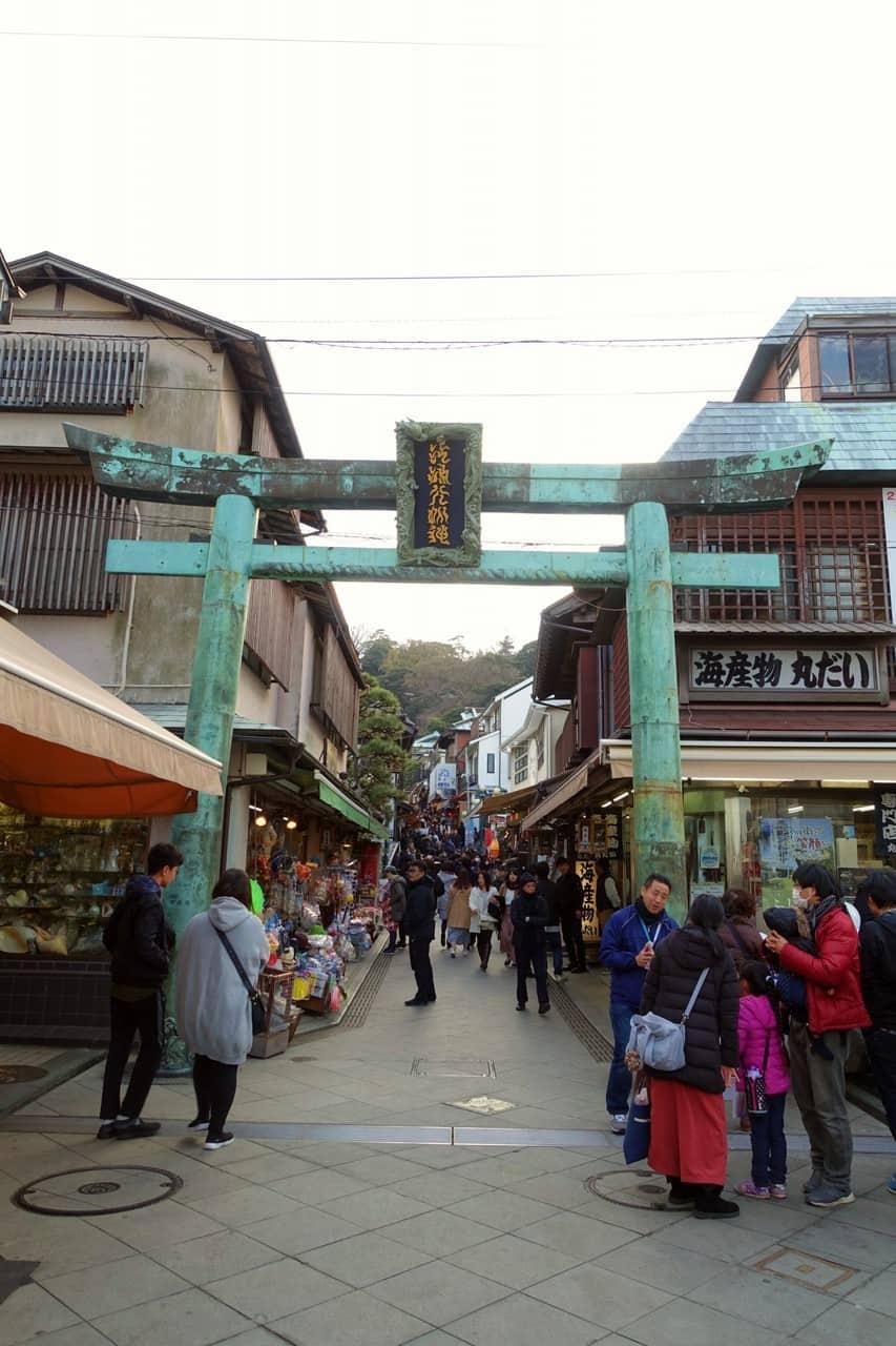 Le grand torri à l'entrée de l'île Enoshima, Fujisawa, préfecture de Kanagawa