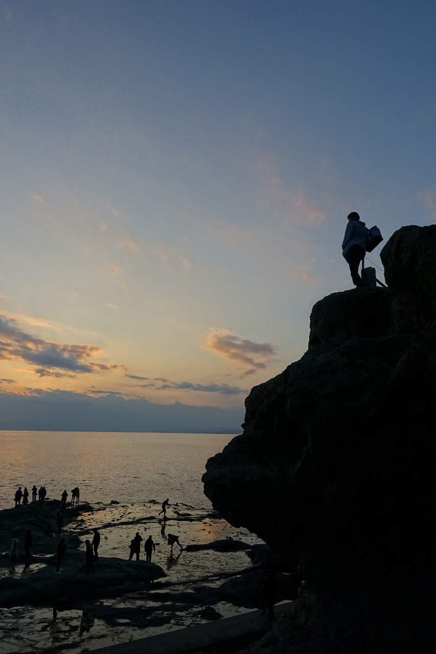 Coucher de soleil sur la mer et le Mont Fuji depuis la fosse Chigogafuchi à Enoshima, Fujisawa, préfecture de Kanagawa
