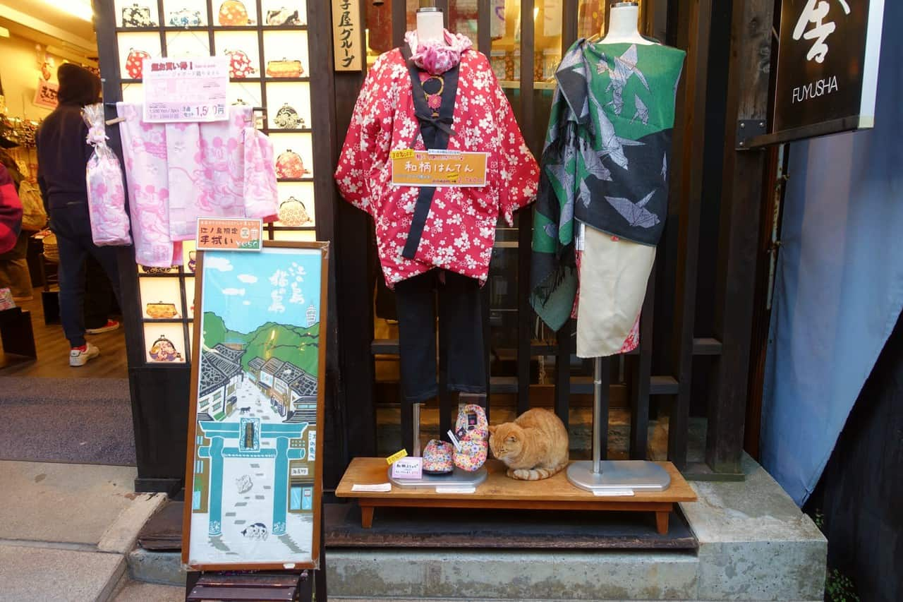 Vitrine de le rue commerçante Benzaiten Nakamise-dori sur Enoshima, Fujisawa, préfecture de Kanagawa