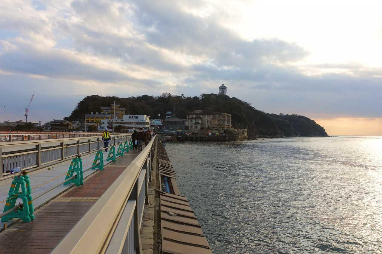 Arrivée par le pont Benten-bashi sur Enoshima, Fujisawa, préfecture de Kanagawa